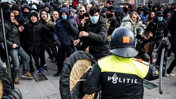 درگیری پلیس ضدشورش با معترضان به محدودیت های کرونا در شهرهای مختلف هلند (