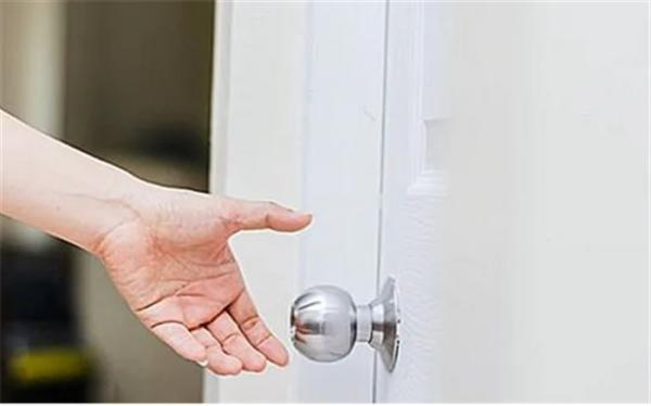 توصیه های کرونایی؛ بعد از لمس دستگیره درب ها دستان خود را شست وشو دهید